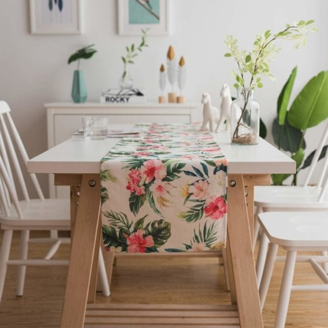 table runner con flores tropicales